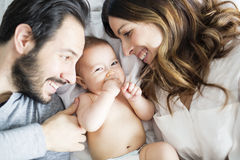 Enfantez l'enfant de père et de bébé sur un lit blanc Image stock