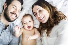Enfantez l'enfant de père et de bébé sur un lit blanc Photos stock
