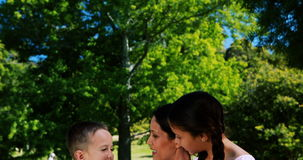 Enfantez l'interaction avec son fils et fille en parc banque de vidéos