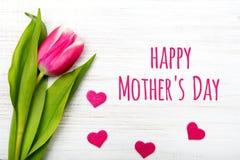 Enfantez la carte de jour du ` s avec la fleur de tulipe et le petit coeur Images stock