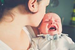 Enfantez la chéri pleurante de fixation photo stock