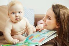 Enfantez la lecture au petit livre coloré infantile avec des contes de fées Photos stock