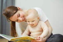 Enfantez la lecture au petit livre coloré infantile avec des contes de fées Images libres de droits