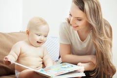Enfantez la lecture au petit livre coloré infantile avec des contes de fées Image stock