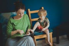 Enfantez la lecture avec son fils à la maison, occasionnel, Photos libres de droits