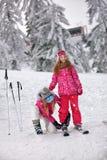 Enfantez la préparation à la fille de ski sur la station de sports d'hiver Photo stock