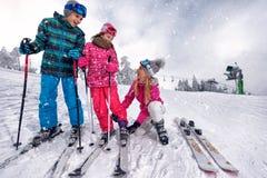 Enfantez la préparation au ski ses enfants sur la station de sports d'hiver Image stock