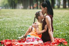Enfantez le concept énorme d'enfant de parc de pique-nique d'amour du ` s Images stock