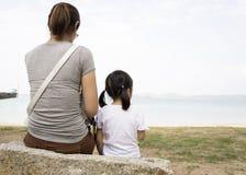 Enfantez le concept de relations donné par soin de coeur d'amour d'enfant féminin Photographie stock libre de droits