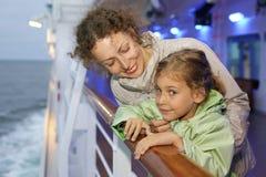 Enfantez le descendant posant à bord du bateau Images stock