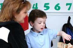 Enfantez le fils de Droping hors fonction à l'école maternelle Images stock