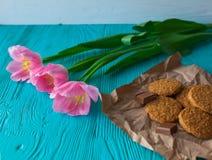 Enfantez le jour du ` s, jour du ` s de femme tulipes et bonbons sur le fond en bois Photos stock