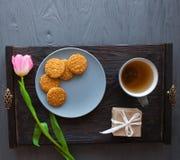 Enfantez le jour du ` s, jour du ` s de femme tulipes, présents, thé et bonbons sur le fond en bois Photos libres de droits