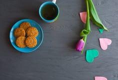 Enfantez le jour du ` s, jour du ` s de femme tulipes, présents, thé et bonbons sur le fond en bois Image libre de droits