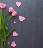 Enfantez le jour du ` s, jour du ` s de femme Tulipes sur le fond en bois photographie stock