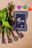 Enfantez le jour du ` s - maman avec des clés d'amour Image stock