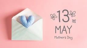 Enfantez le message de jour du ` s avec un coussin bleu de coeur Photos stock