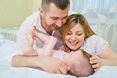 Enfantez le père et le bébé jouant sur le lit Le concept d'un happ photographie stock libre de droits