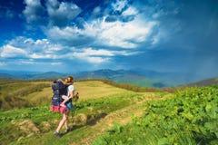 Enfantez le randonneur avec son bébé marchant dans des montagnes Photo libre de droits