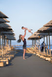 Enfantez les pièces avec son enfant à la plage Photo libre de droits