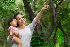 Enfantez montrer à sa fille de bébé les différents animaux dans le sauvage photos libres de droits