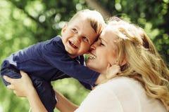 Enfantez rire de sourire et jouer avec son enfant dehors Photo stock
