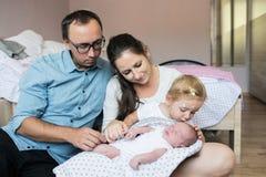 Enfantez tenir la fille avec la varicelle et son fils de bébé Image stock