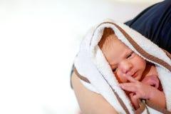 Enfantez tenir sa fille nouveau-née de bébé après naissance sur des bras Images libres de droits