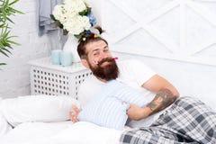 Enfantin encore Hippie beau barbu adulte d'homme avec les queues de cheval colorées de coiffure puérile Soir?e pyjamas type photo stock