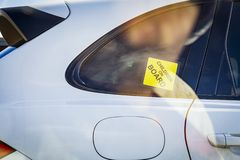 Enfants à bord, un autocollant jaune d'enfant dans l'ensemble de voiture sur la fenêtre d'une voiture photos stock