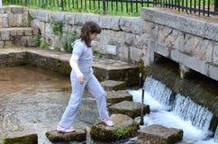 Enfants à l'âge de sept ou de huit jouant en parc d'attractions Photographie stock