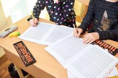 Enfants à l'école, arithmétique mentale photos stock
