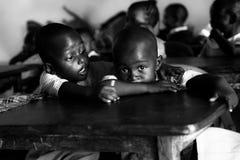 Enfants à l'école dans Malindi, Kenya, yeux africains Photo stock