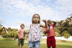 Enfants à l'école de Montessori jouant avec des bulles pendant la coupure Photo libre de droits