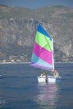 Enfants à l'école de navigation dans le port au saint Jean Cap Ferrat, la Côte d'Azur, France Photo stock