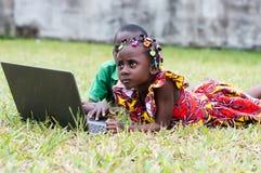 Enfants à l'aide d'un ordinateur portable extérieur photographie stock