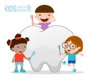 Enfants à l'aide d'une brosse à dents pour nettoyer une dent géante, illustration des enfants brossant une dent, illustration des Photographie stock libre de droits