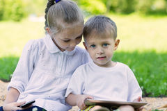 Enfants à l'aide d'une tablette et d'un smartphone Photos stock