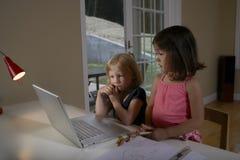 Enfants à l'aide de l'ordinateur portable dans la chambre d'étude Photo libre de droits
