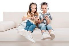 Enfants à l'aide des dispositifs numériques Images stock