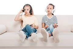 Enfants à l'aide des dispositifs numériques Photos libres de droits