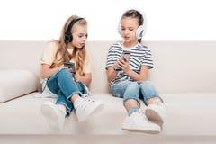 Enfants à l'aide des dispositifs numériques Image libre de droits