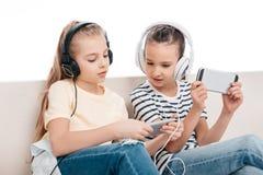 Enfants à l'aide des dispositifs numériques Image stock