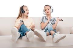 Enfants à l'aide des dispositifs numériques Photographie stock libre de droits