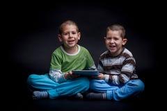 Enfants à l'aide du comprimé électronique Photo libre de droits