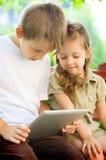 Enfants à l'aide du comprimé Image libre de droits