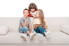 Enfants à l'aide du comprimé numérique Photos libres de droits