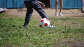 Enfants à l'air frais jouant la boule Les pieds se ferment  Jeu collectif teamwork banque de vidéos
