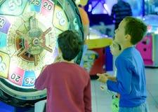 Enfants à l'arcade Photographie stock libre de droits