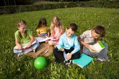 Enfants à l'extérieur image stock